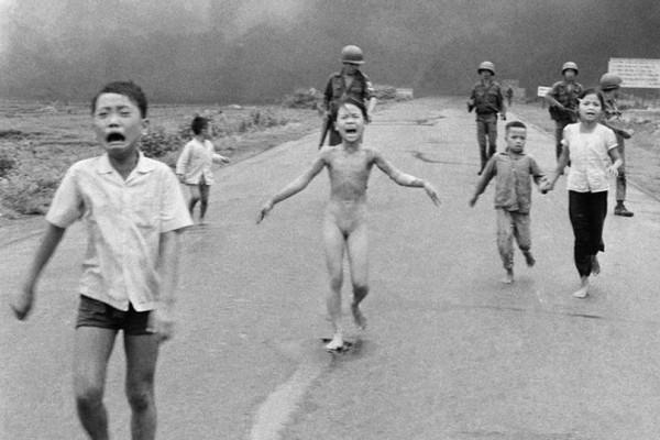 Το κορίτσι της Ναπάλμ: Η πιο θρυλική φωτογραφία του πολέμου στο Βιετνάμ! Ποιος είναι ο άνθρωπος που κρύβεται πίσω από την φωτό - ντοκουμέντο;