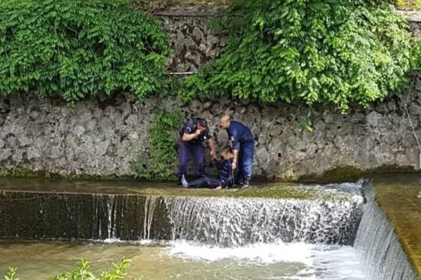 Χωρίς λογική: Άνδρας έπεσε στον Ληθαίο ποταμό! (Video & Photos)