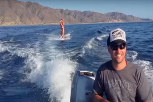 Η κοπέλα κάνει wakeboard όταν νιώθει μια περίεργη... αίσθηση δίπλα της! Το βίντεο που έχει γίνει viral στο διαδίκτυο