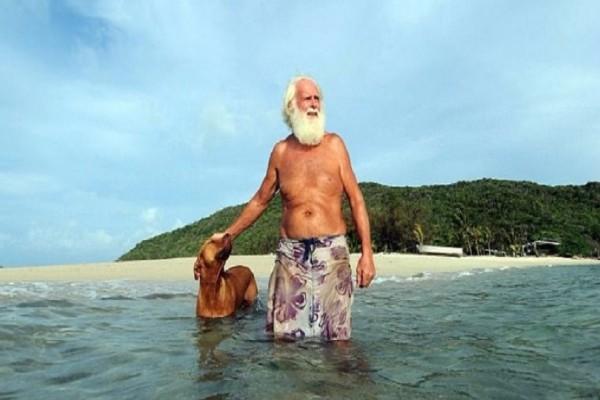 Αυτός είναι ο μεγιστάνας που έχασε την περιουσία του και ζει πλέον σαν ερημίτης σε ένα νησί του Ειρηνικού! (Video & Photo)