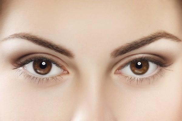 Έτσι θα αντιμετωπίστε τα πεσμένα βλέφαρα - Εύκολες συμβουλές που θα σε βοηθήσουν! (Video)