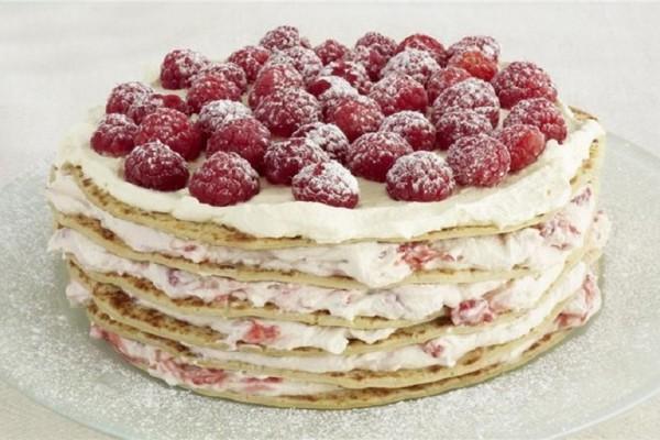 Φτιάξτε την πιο αφράτη τούρτα με κρέπες, φρούτα και δροσερή κρέμα!