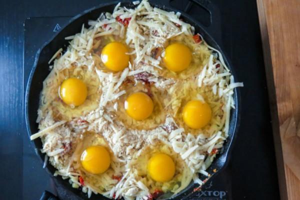 Θα σας τρέξουν τα σάλια! Γέμισε ένα ταψί με τριμμένο τυρί και έριξε από πάνω 7 αυγά! Το αποτέλεσμα... μοναδικό!
