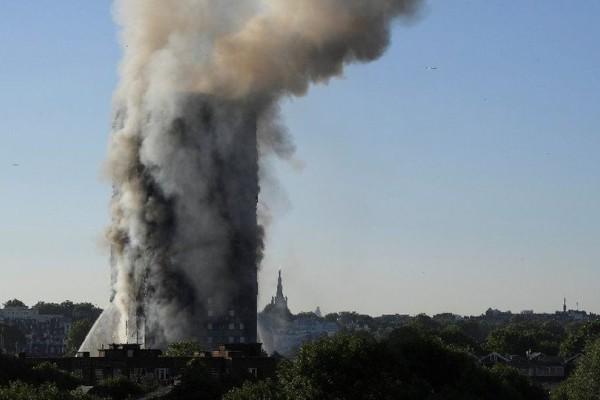 Νεκροί από την τρομακτική πυρκαγιά στο Λονδίνο!  Μαρτυρίες σοκ με εγκλωβισμένους να πηδούν από τα παράθυρα!
