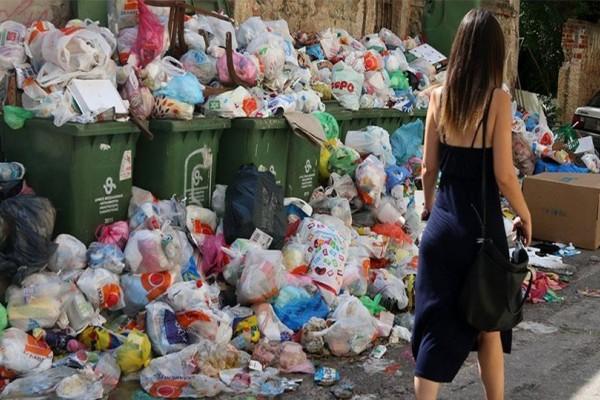 Απίστευτο: Μετά το φιάσκο της κυβέρνησης βγάζει τον στρατό στους δρόμους για να μαζέψει τα σκουπίδια!