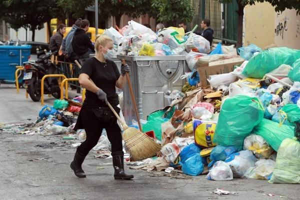 Τα συνεργεία βγήκαν στους δρόμους! - Αρχίζουν να μαζεύουν τα σκουπίδια στο Αιγάλεω! (Photo)