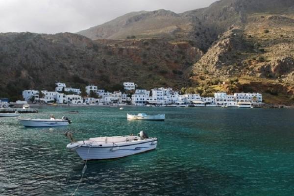 Το Ελληνικό χωριό που δεν έχει δρόμους! - Η πρόσβαση γίνεται μόνο με βάρκα! (Photo & Video)