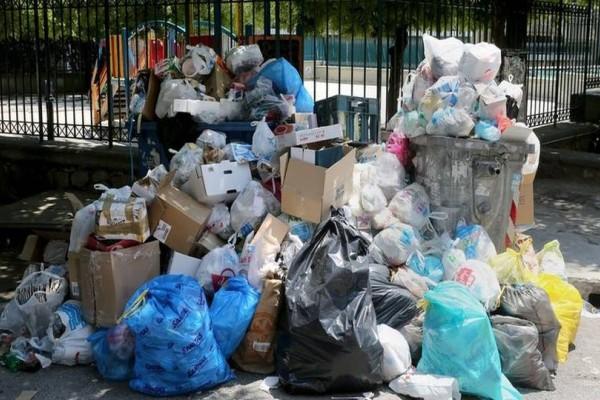 Σαπίζουν μέσα στον καύσωνα τα σκουπίδια! Ακόμα μια μεγάλη ήττα της κυβέρνησης