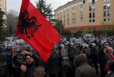 Πρωτοφανής πρόκληση Αλβανών: Μεταφέρουν πέτρες από την ελληνική Ηπειρο στα Τίρανα ως «τμήμα της σκλαβωμένης Αλβανίας»! (Photos & Video)