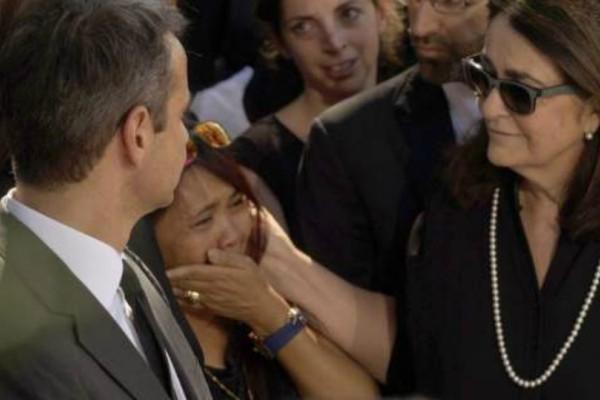 Λύγισαν οι άνθρωποι που φρόντισαν τον Κωνσταντίνο Μητσοτάκη στην κηδεία του! Ξέσπασαν σε κλάματα!