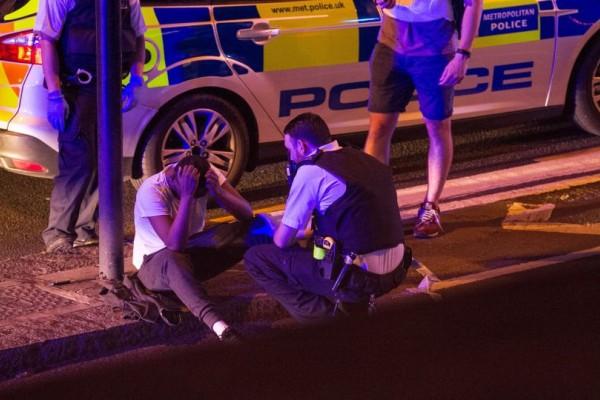 Προκαλεί ο μακελάρης του Λονδίνου: Στέλνει φιλιά στην κάμερα, λίγο μετά την σύλληψή του! (video)