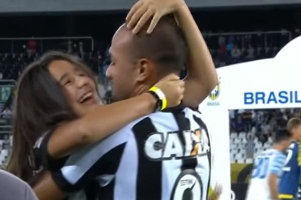 Συγκλονιστικό βίντεο: Ποδοσφαιριστής μπήκε στον αγωνιστικό χώρο με την τυφλή κόρη του και γνώρισε την αποθέωση!
