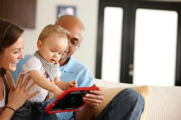 Τι κινδύνους κρύβει για τα παιδιά ο εθισμός των γονιών τους στα social media