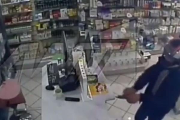 Βίντεο - ντοκουμέντο: Ένοπλος δράστης ληστεύει φαρμακείο στην Αχαρνών μέρα μεσημέρι!
