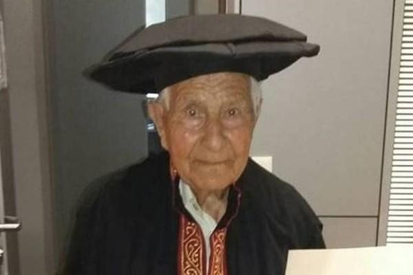 Ο κύριος Κωνσταντίνος κατάφερε να πάρει πτυχίο σε ηλικία 97 ετών!