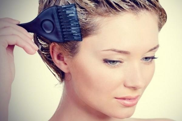 Με αυτό το πανεύκολο κόλπο θα αφαιρέσεις τους λεκέδες από τη βαφή μαλλιών στο δέρμα σου!