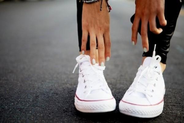 Πώς θα κάνετε τα λευκά σας παπούτσια να φαίνονται ολοκαίνουρια!