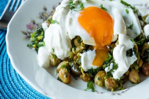 Η εύκολη συνταγή της ημέρας: Ρεβίθια με κάρυ και τηγανητό αυγό