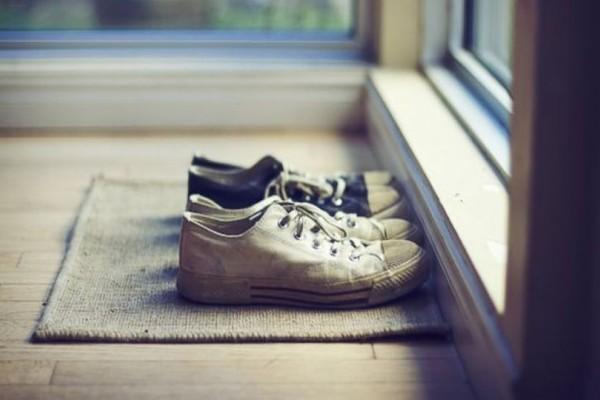 Νόμος: Γιατί απαγορεύεται ρητά να φοράμε παπούτσια μέσα στο σπίτι;
