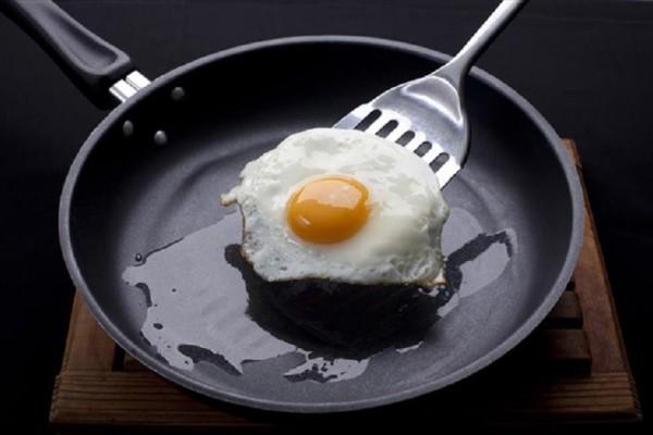 Διώξτε τα καμμένα λίπη από το τηγάνι σας εύκολα και γρήγορα χωρίς να το καταστρέψετε!