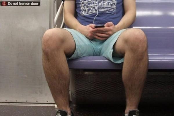 Είσαι άνδρας και κάθεσαι ακριβώς έτσι στο Μετρό; Δες σε ποια χώρα αν το κάνεις θα έχεις μπελάδες με τον νόμο!