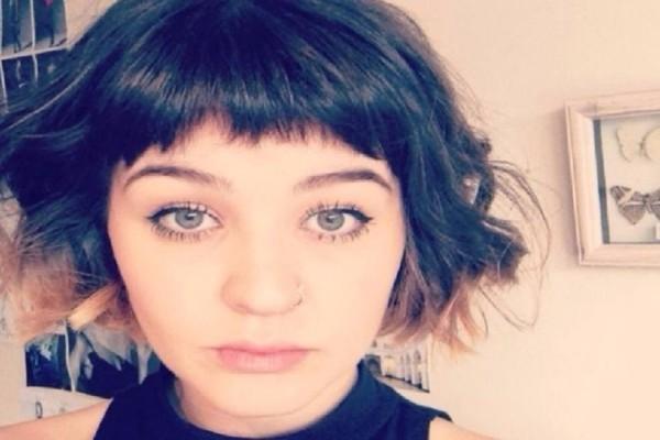 Απίστευτη ιστορία: 22χρονη σερβιτόρα απολύθηκε επειδή πήγε στην δουλειά χωρίς... σουτιέν!