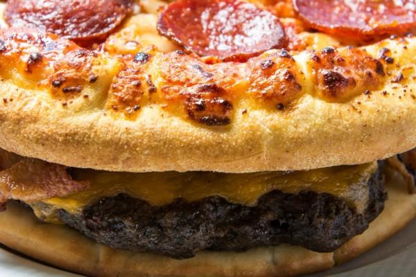 Λατρεύετε και την πίτσα αλλά σας αρέσει και το burger; Δείτε πως να φτιάξετε πίτσα burger!