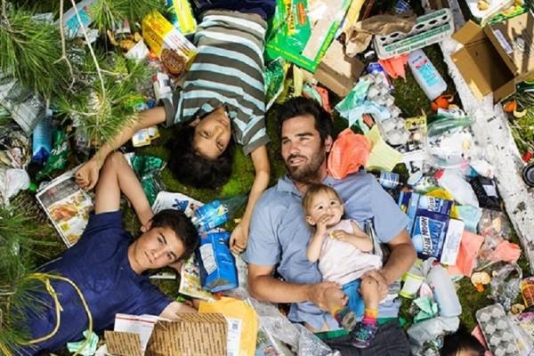 Ένα τόσο επίκαιρο πρότζεκτ: Άνθρωποι φωτογραφίζονται με τα σκουπίδια τους για καλό λόγο! (Photo)