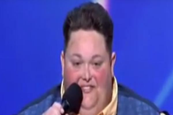 Είναι 227 κιλά και μπορεί να μετακινηθεί μόνο με αναπηρικό καροτσάκι! Όταν ανοίξει το στόμα του όμως... (video)