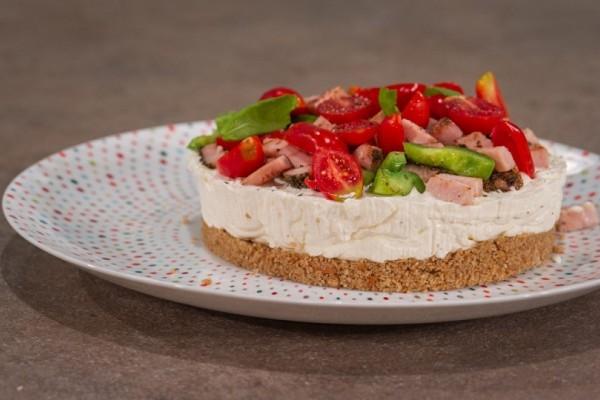 Δοκιμάστε το πιο νόστιμο αλμυρό cheesecake με φιστίκια Αιγίνης και μαρμελάδα πιπεριάς!
