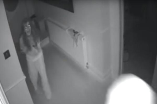 Βίντεο - σοκ: Η τρομακτική στιγμή που μάνα με το παιδί της μπαίνει στο σπίτι και πέφτει πάνω στους διαρρήκτες!