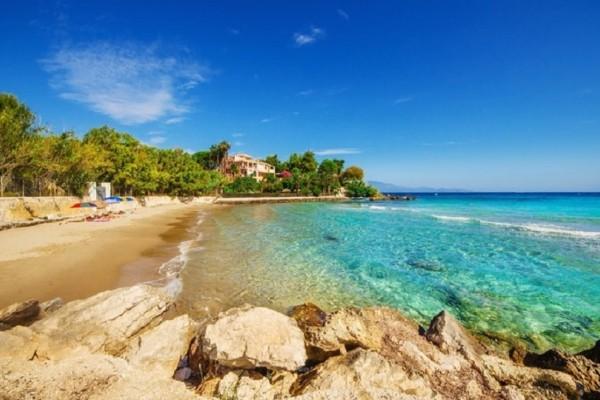 Δώστε προσοχή: Σε αυτή την ελληνική παραλία αφαίρεσαν την γαλάζια σημαία! (Photo)