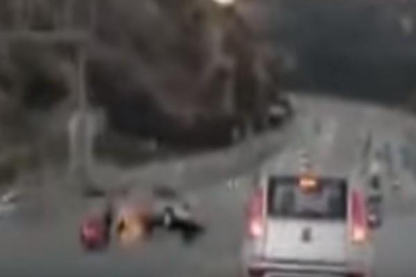 Βίντεο - σοκ: Μοτοσικλετιστής κλωτσάει αυτοκίνητο σε δρόμο και ακολουθεί το... χάος!