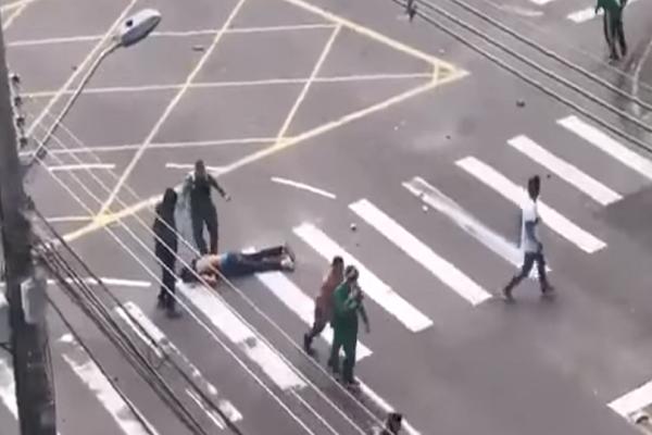Απαράδεκτο περιστατικό! Οπαδοί ξυλοκόπησαν οπαδό άλλης ομάδας μέχρι αυτός να ... λιποθυμήσει! (video)