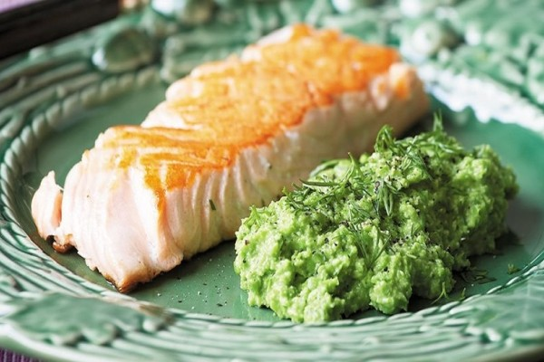 Δοκιμάστε να φτιάξετε την πιο νόστιμη συνταγή για φιλέτο σολομού με πουρέ από φρέσκα κουκιά