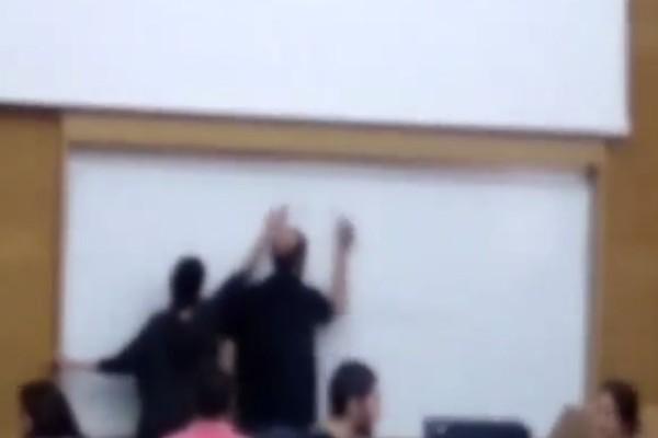 Τραγελαφικό σκηνικό στην Αρχιτεκτονική Σχολή: Φοιτήτρια σβήνει ότι έγραφε ο καθηγητής στον πίνακα! (video)