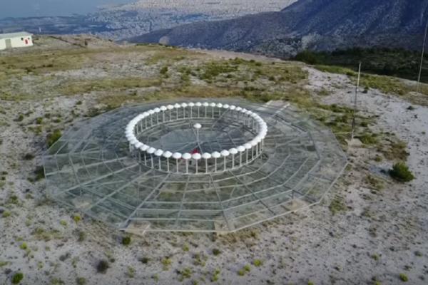 «Το μάτι της Αττικής»: Η παράξενη κατασκευή στον Υμηττό που τροφοδότησε σενάρια συνωμοσίας (Video)