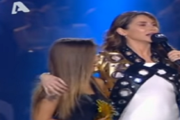Mad Video Music Awards 2017: Η Πάολα ανέβηκε να πάρει το βραβείο της μαζί με την κόρη της! - Η μικρή Παολίνα έκλεψε την παράσταση! (Video)