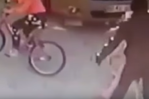 Βίντεο φρίκη: Άντρας χτυπάει με πλάκα πεζοδρομίου ένα κορίτσι στο κεφάλι!