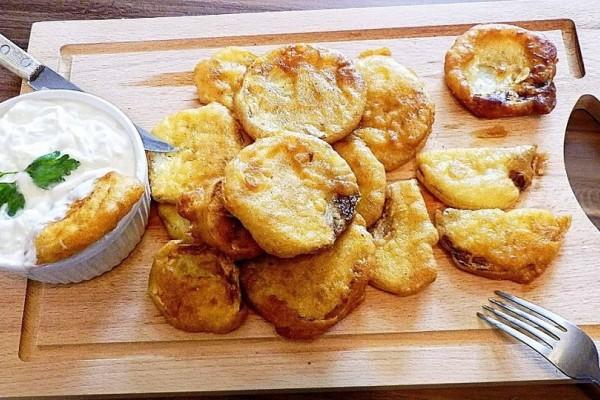 Μαγειρέψτε πεντανόστιμα κολοκυθάκια και μελιτζάνες με αρωματικό κουρκούτι και σάλτσα φέτας