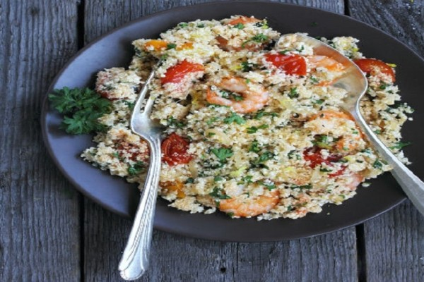 Φτιάξτε πεντανόστιμη συνταγή κους – κους κουνουπιδιού με ντοματίνια και γαρίδες!