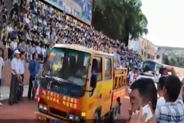 Κίνα: 8 εμπόρους ναρκωτικών καταδίκασε και εκτέλεσε το λαϊκό δικαστήριο! - 10.000 «θεατές» βρέθηκαν στην βάρβαρη διαδικασία! (Video)