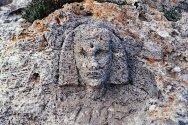 Κι όμως: Κεφαλή σφίγγας σε βράχο κοντά σε θεμέλια αρχαίας πυραμίδας στη Λακωνία!