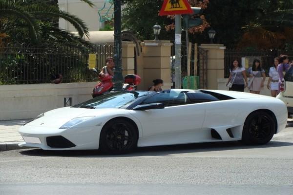 Ανύπαρκτη ελληνική παιδεία: Δείτε πού πάρκαρε το υπερπολυτελές αυτοκίνητό του απαράδεκτος τύπος! (Photo)