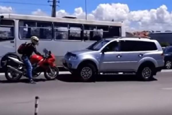Πώς ένας μοτοσικλετιστής καταφέρνει να κερδίσει την