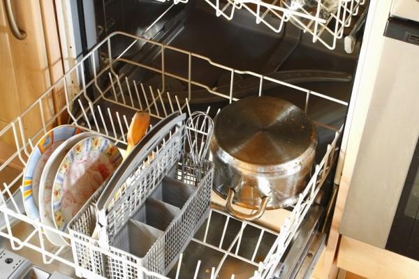 Αυτό είναι το πιο εύκολο κόλπο για να καθαρίσετε το εσωτερικό του πλυντηρίου πιάτων (Video)