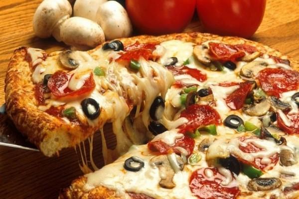 Τραγανή ζύμη για πίτσα με μόνο δύο υλικά; Κι όμως γίνεται! Δες πώς