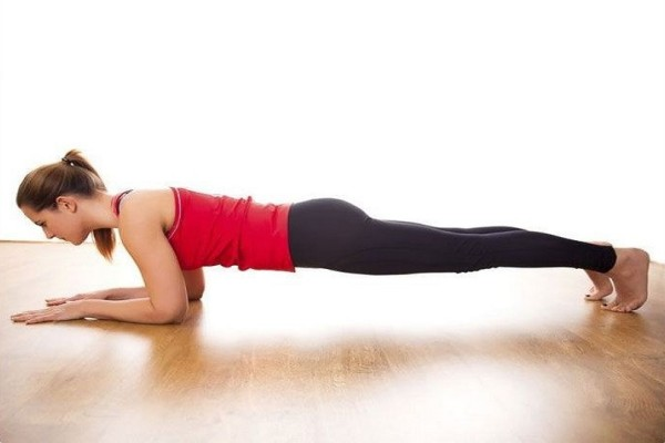 Αυτές οι 3 ασκήσεις θα σου χαρίσουν σφιχτή κοιλιά και τονωμένους γλουτούς!