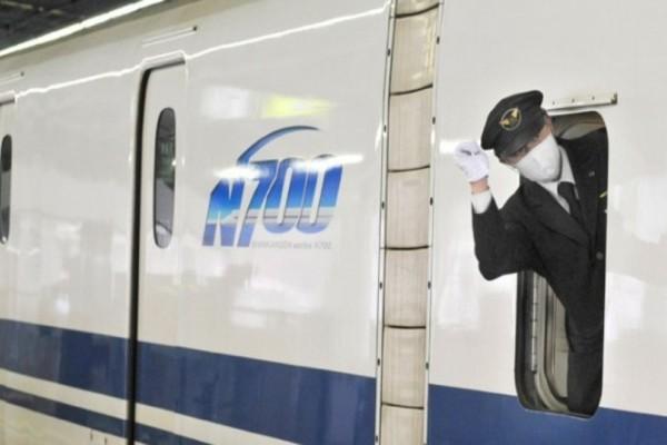 Τι τρέχει με αυτούς;  Οι σιδηροδρομικοί υπάλληλοι της Ιαπωνίας κάνουν συνεχώς... χειρονομίες!