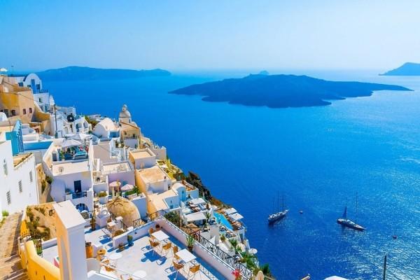Αυτά είναι τα 6 βραβευμένα ξενοδοχεία της Σαντορίνης που παρέχουν οικονομική διαμονή από 35 ευρώ!